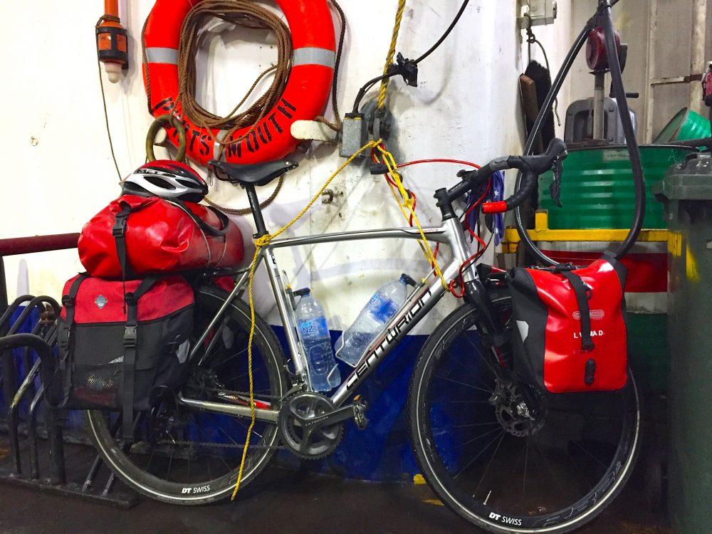 Festgezurrtes Bike auf Fähre