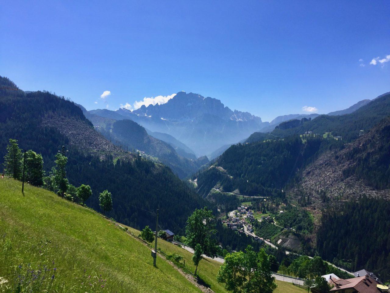Anfahrt zum Passo Falzarego, Dolomites, Italy