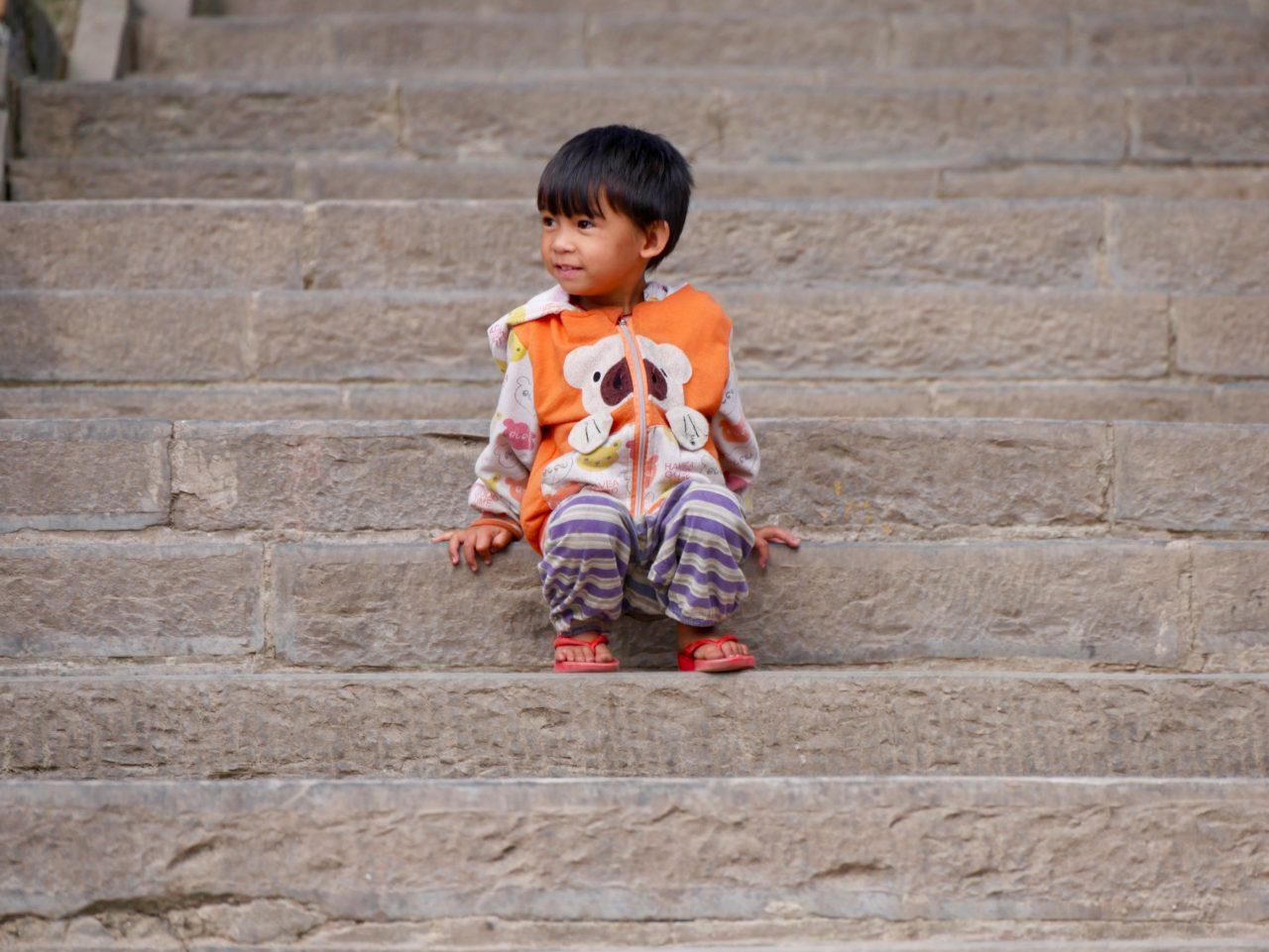 Kind am Swayambunath, Kathmandu, Nepal